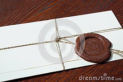 与蜡封印的信封在一张木桌上