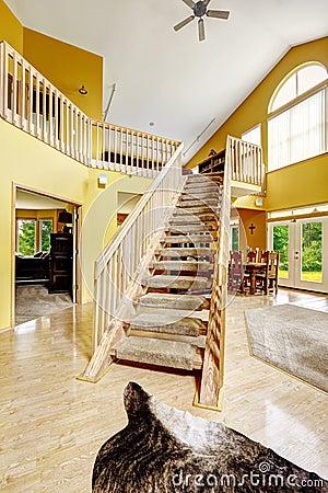 与顶楼和木楼梯的豪华房子内部