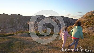 两个小女孩在岩石北海滨使用 股票视频