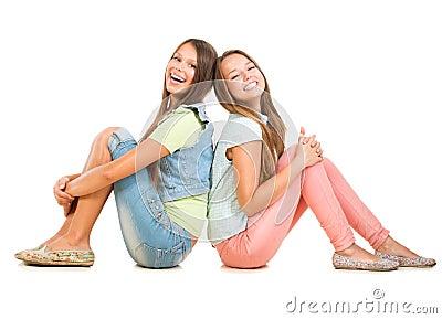 两个微笑的十几岁的女孩