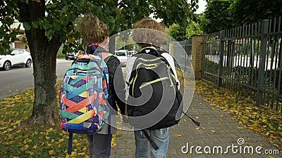 两个背包的朋友要上学 姐姐和她弟弟回学校 太阳 股票录像