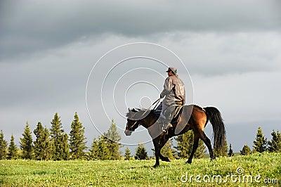 有马的中国哈萨克人牧人,位于新疆,中国.