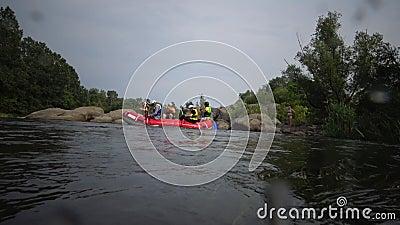 乌克兰布格河南岸花岗石急流,船上有运动员 股票视频