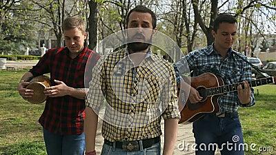 乐团在街道上执行 影视素材