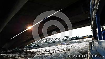 乘小船移动在泰国,在昭披耶河,河的日落巡航视图小船乘驾在桥梁下,河视图在泰国, 影视素材