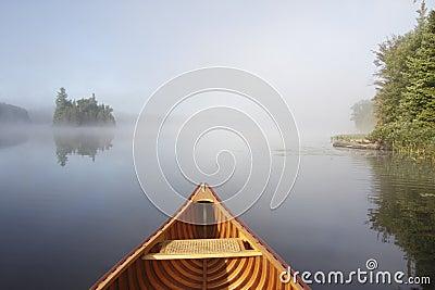 乘独木舟在一个平静的湖
