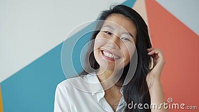 五颜六色背景中笑笑的亚洲美女 股票录像