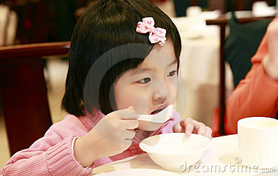 亚裔吃的女孩少许