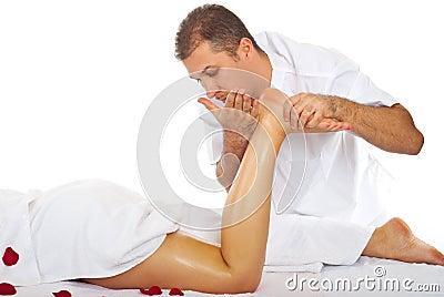 产生行程的反脂肪团按摩男按摩师沙龙温泉给妇女.