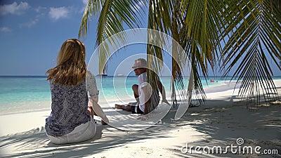 享受在热带海岸的年轻有吸引力的夫妇一个假日 股票视频