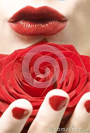 亲吻玫瑰色妇女