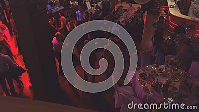人们在夜总会或餐厅的派对上跳舞 公司派对 股票录像