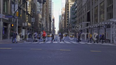 人们穿过列克星敦大道和纽约市第42街的十字路口 股票视频