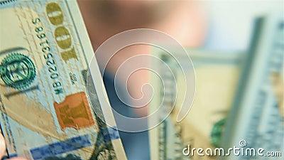 人手数百元钞票 股票视频