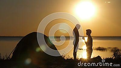 人提出海滩的心爱的妇女在日落 股票视频