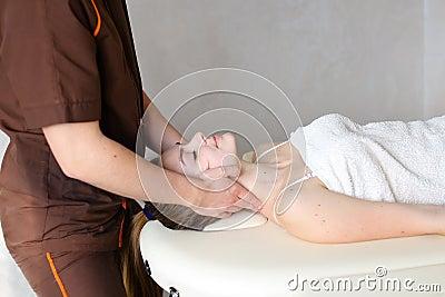 人男按摩师用强的手揉女孩的脖子,说谎