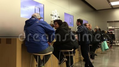 人的行动有一些服务在苹果计算机商店里面的天才酒吧 股票录像