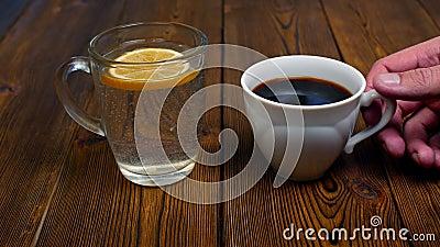 人选择咖啡而不是水用有害的生活方式的柠檬 股票录像