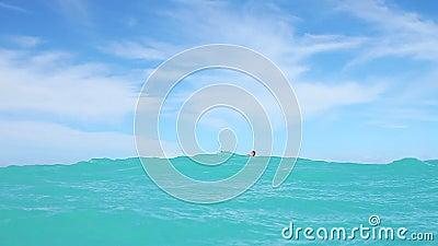 人风筝搭乘在海洋 股票视频