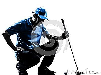 人高尔夫球运动员打高尔夫球的蹲下的剪影
