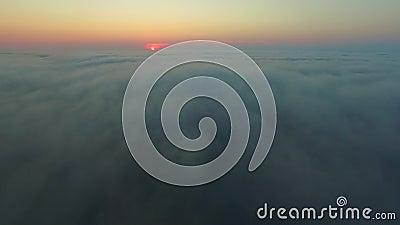 从云层上爬到云层下 晨阳雾海 影视素材