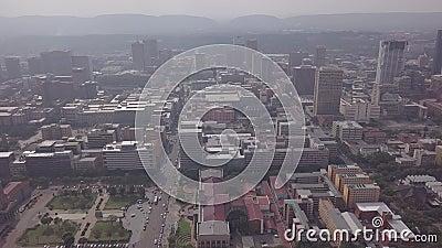 从南非茨瓦内市政厅开始,从空中俯瞰比勒陀利亚市中心 股票视频