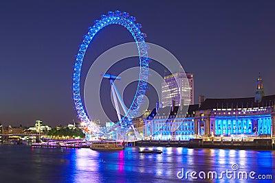 从威斯敏斯特桥梁的伦敦眼睛在晚上 编辑类库存照片
