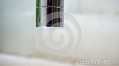 从室外旧的棕色管道中缓缓落下的水滴 生锈的龙头需要修复 特写水流 股票视频