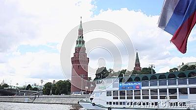 从游船出发,在晴朗的阳光下欣赏莫斯科克里姆林宫的墙壁 影视素材