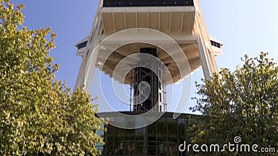 从美国华盛顿州西雅图的太空针座向下倾斜 股票录像