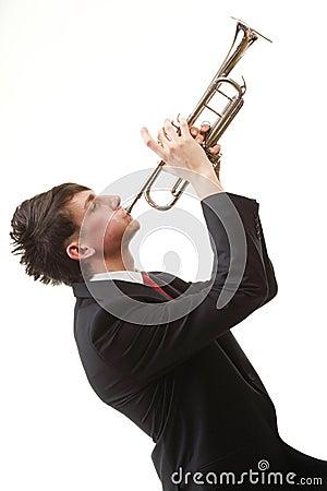 他的演奏纵向喇叭年轻人的人