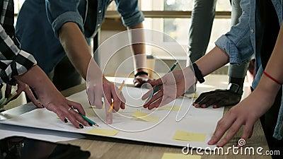 企业队激发灵感 与指向在桌上的黄色贴纸的计划的步,写笔记 销售计划 影视素材