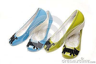 休闲s穿上鞋子妇女