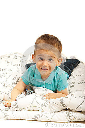 位于在毯子的微笑的男孩