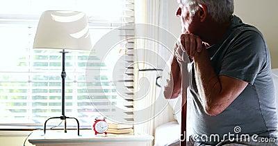 体贴的老人用他的拐棍在卧室 股票视频