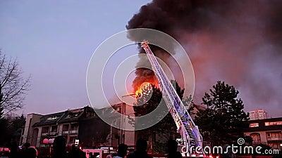 作战公寓住宅区火的消防队员乘员组在晚上 股票视频