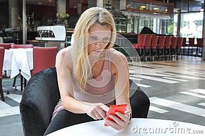使用一个巧妙的电话的美丽的少妇