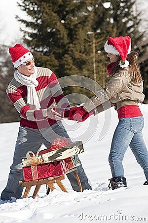 使用与在雪的礼品的圣诞节夫妇