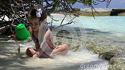 使用与海的小女孩在一个热带海滩挥动 慢的行动 股票录像