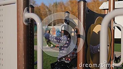 使用在操场的女孩在公园,秋天 影视素材