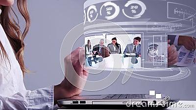 使用有企业全息图接口的妇女膝上型计算机 股票录像
