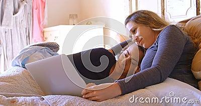 使用膝上型计算机的女同性恋的夫妇在卧室4k 影视素材