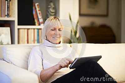 使用触摸板设备的资深妇女