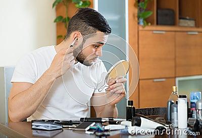 使用整理者的英俊的人为取消头发在他的耳朵.图片