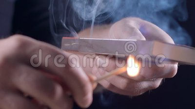 供以人员光与火、火花和烟的一次比赛在慢动作,火的燃烧,开火,加热并且发火焰 股票录像