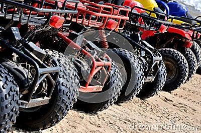 依顺序摩托车在海滩沙子