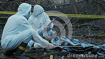 侦探在犯罪现场搜集证据 法医专家 警察和 影视素材