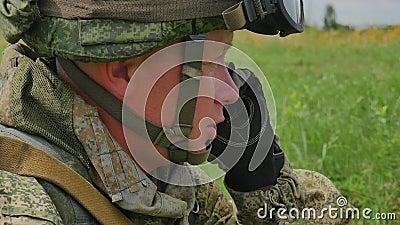 俄国士兵由手机FullHD讲话 影视素材
