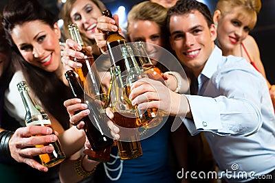 俱乐部或棒饮用的啤酒的人们