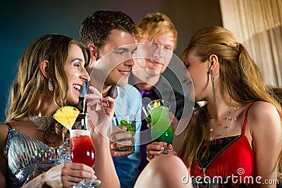 俱乐部或酒吧饮用的鸡尾酒的人们
